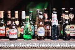 Ölflaskor som visas på en tabell, Shanghai, Kina Arkivfoto