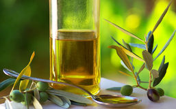 Ölivenöl und Oliven. Lizenzfreie Stockfotografie