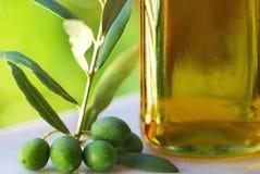 Ölivenöl und Oliven. Stockbilder