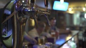 Ölklapp för hällande öl på stångräknare i bar Handtagklapp i stångbar stock video