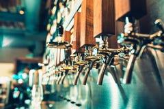 Ölklapp i en bar royaltyfria foton