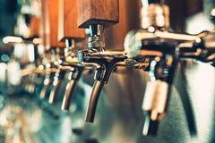 Ölklapp i en bar royaltyfri bild