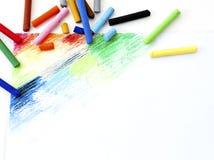 Ölkreiden zeichnen bunte Kunstzeichnung auf Weißbuch backgro Stockfotos