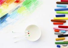 Ölkreiden zeichnen bunte Kunstzeichnung und Baumwollknospe auf Weiß Stockbild