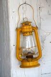 Öllampe auf hölzerner Wand Stockfoto