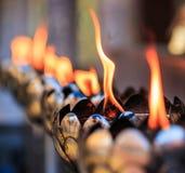 Öllampen der Gebete am Tempel Lizenzfreie Stockfotos