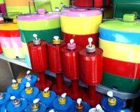 Öllampen hergestellt von aufbereiteten Dosen und und vom Lebensmittelbehälter, in thailändischem Lizenzfreie Stockfotografie