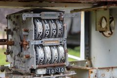 Ölmeter der alten Tankstelle lizenzfreie stockfotos