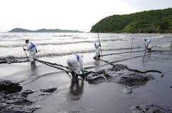Ölpest auf dem Strand AO Prao, Insel Kho Samed. Lizenzfreies Stockfoto