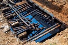 Ölpest um alte Rohrleitung Lizenzfreies Stockbild