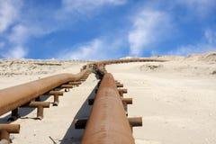 Ölpipeline in der Wüste von Bahrain Stockfoto