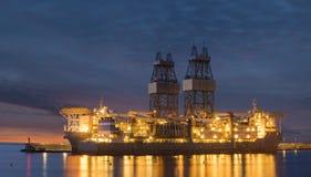Ölplattform auf dem Ozean stockbilder
