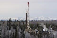 Ölplattform in den Bergen lizenzfreies stockbild