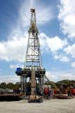Ölplattform in den Wolken Stockfotografie