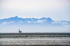 Ölplattform heraus im Ozean Lizenzfreies Stockfoto
