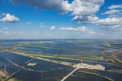 Ölplattform im Überschwemmungsgebiet nahe großem Fluss, Draufsicht Lizenzfreies Stockfoto