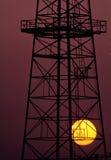 Ölplattform am Sonnenuntergang Stockbild