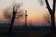 Ölplattform und Bäume Lizenzfreies Stockfoto