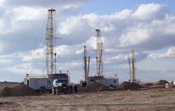 Ölplattformen, die in der Steppe arbeiten lizenzfreie stockbilder