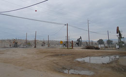 Ölplattformen in Oildale, Kalifornien Lizenzfreie Stockbilder