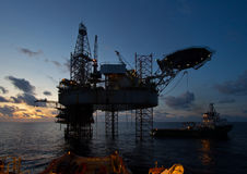 Ölplattformplattform mit schönem Himmel während des Sonnenuntergangs Stockbilder