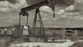 Ölquelle auf einer Landschaft stock video
