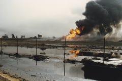 Ölquelle, die auf dem Gebiet des Ölteppichs, Kuwait brennt stockfotografie