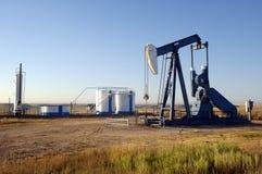 Ölquelle und Vorratsbehälter Stockbild