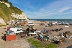 Ölstrand Devon England UK med fihing utrustning och fartyg Royaltyfri Bild