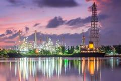 Öltank-Schiffsliegeplatz in der Zeit der Erdölraffinerieindustrie in der Dämmerung Stockfoto