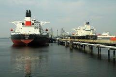 Öltanker auf einem Pier Stockfotografie