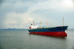 Öltanker, der in langer Bucht ha, Vietnam - füllender Schuss des halben Rahmens anlegt stockbild