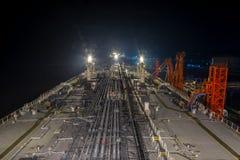 Öltanker festgemacht zum Liegeplatz nachts Lizenzfreie Stockbilder