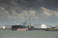 Öltanker im Hafen Stockfotos