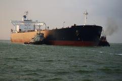 Öltanker mit Geleitschutz-Schleppern Lizenzfreies Stockbild