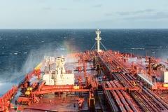 Öltanker mit Regenbogen Stockfoto