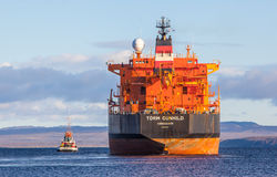 Öltanker mit Schlepper Lizenzfreies Stockbild