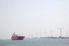 Öltanker in Nieuwe Waterweg nahe Hafen von Rotterdam Stockbilder