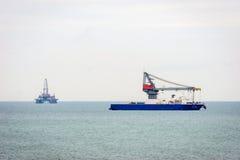 Öltanker und Plattform auf Kaspischem Meer Stockbilder