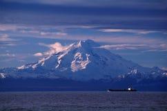 Öltanker und Vulkan Lizenzfreies Stockfoto
