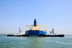 Öltanker und zwei Schlepper Stockbilder