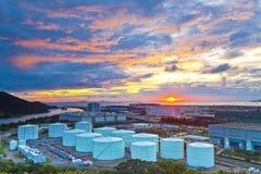 Öltanks bei Sonnenuntergang in Hong Kong stockfotografie