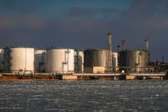 Öltanks im Hafen Stockfoto