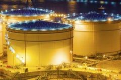 Öltanks nachts in Hong Kong lizenzfreies stockfoto