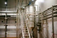 Öltillverkninglinje Utrustning för arrangerat buteljera för produktion av färdiga livsmedelsprodukter Metall strukturerar, rör oc arkivfoto