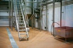 Öltillverkninglinje Utrustning för arrangerat buteljera för produktion av färdiga livsmedelsprodukter Metall strukturerar, rör oc royaltyfria foton
