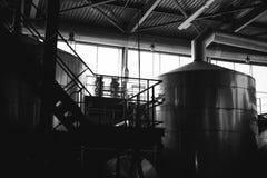 Öltillverkninglinje Utrustning för arrangerat buteljera för produktion av färdiga livsmedelsprodukter Metall strukturerar, rör oc arkivbild