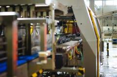 Öltillverkninglinje Utrustning för arrangerat buteljera för produktion av färdiga livsmedelsprodukter Metall strukturerar, rör oc royaltyfri fotografi