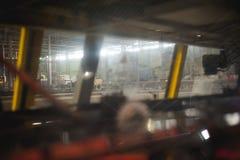 Öltillverkninglinje Utrustning för arrangerat buteljera för produktion av färdiga livsmedelsprodukter Metall strukturerar, rör oc royaltyfri bild