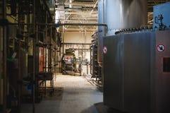 Öltillverkninglinje Utrustning för arrangerat buteljera för produktion av färdiga livsmedelsprodukter Metall strukturerar, rör oc royaltyfria bilder